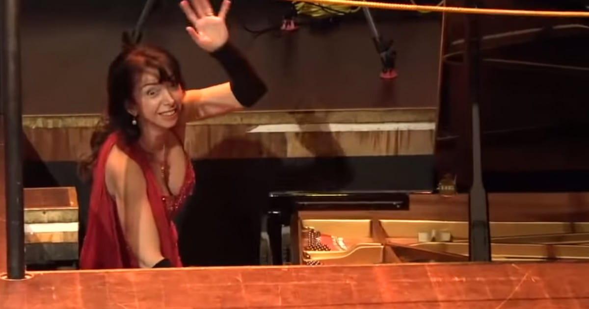 Une pianiste disparaît sous la scène en plein concert - Radio Classique