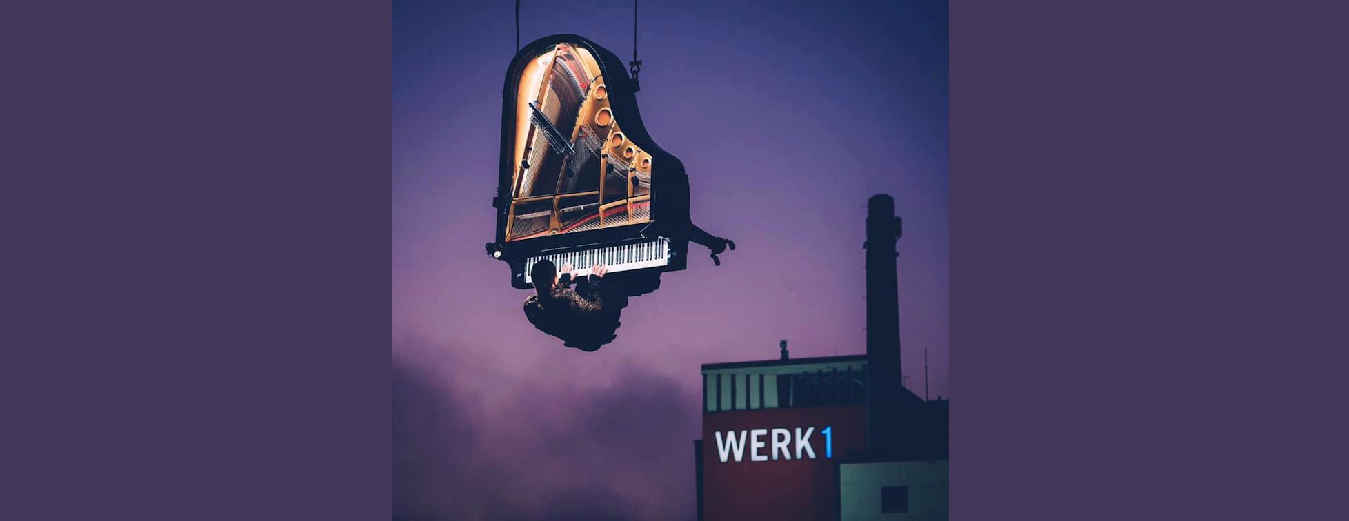 Performance: Il joue du piano suspendu à 60 mètres du sol